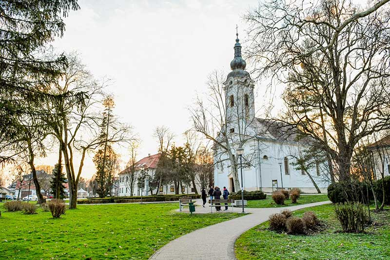 Crkva sv. Petra apostola - pogled iz parka